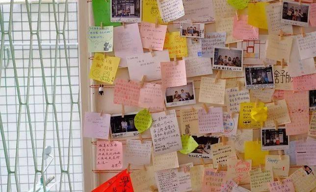 牆壁上貼滿房客給「漫半拍」的留言,和他們從世界各地寄來的明信片