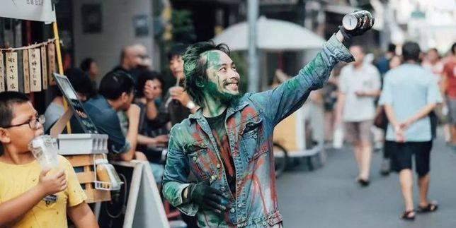 米街市集內的街頭藝術表演