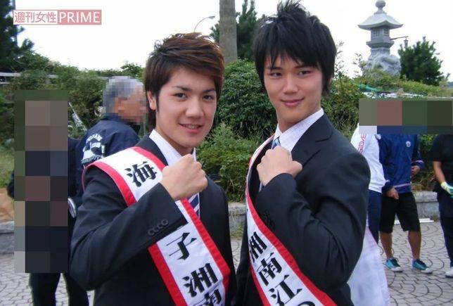 小室圭(左)獲獎時的照片